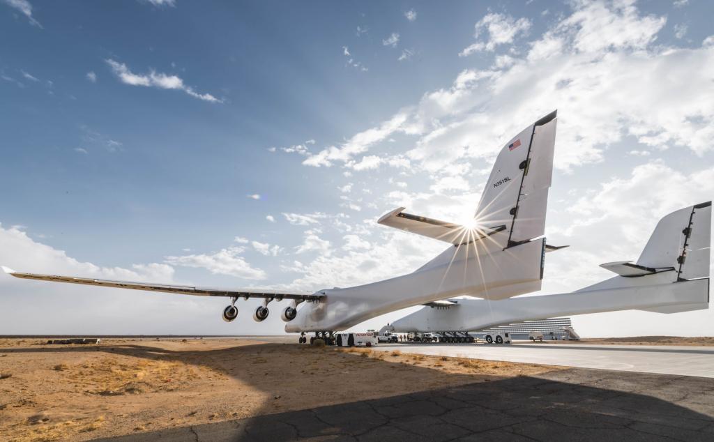 全球最大的双机身飞机,今天终于起飞了
