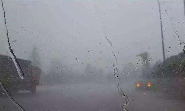 高速上突遇大暴雨怎么办?学会老司机这几招,关键时刻能保命