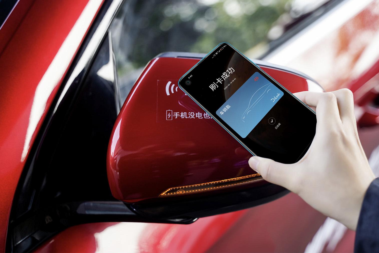 手里拿着红色的汽车 描述已自动生成